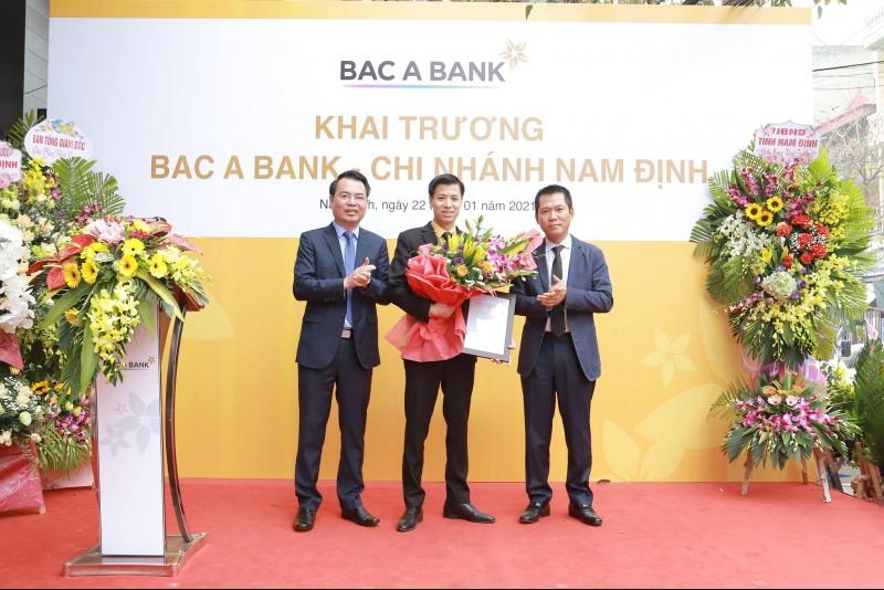 Ông Đặng Trung Dũng - Phó TGĐ Thường trực Ngân hàng TMCP Bắc Á trao quyết định và tặng hoa cho BAC A BANK Chi nhánh Nam Định